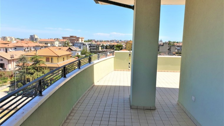 Attico con ampio terrazzo in vendita a Rivazzurra