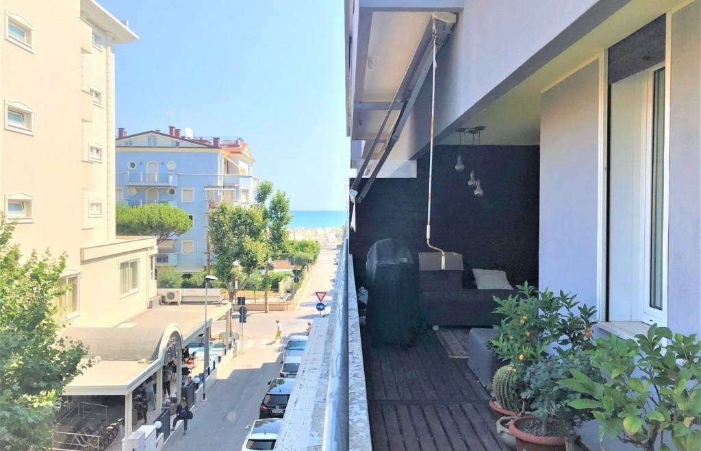 Ampio appartamento in vendita con vista mare
